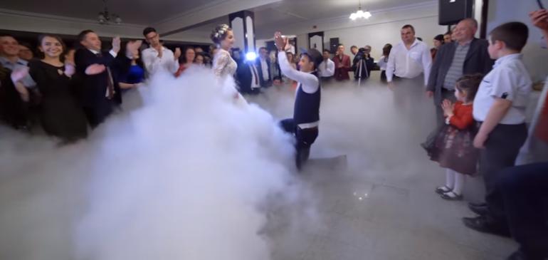 """(Video) """"Viața nu este doar un vals"""". Doi miri au făcut furori cu dansul pregătit la nunta lor"""