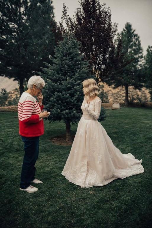 (FOTO) La propria nuntă a purtat rochia de mireasă a bunicii sale din 1962. Reacția femeii a fost extrem de emoționantă
