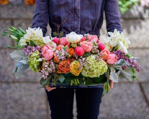 Vrei să faci o surpriză plăcută persoanei dragi? Vezi 13 site-uri din Moldova care livrează flori și ce servicii oferă
