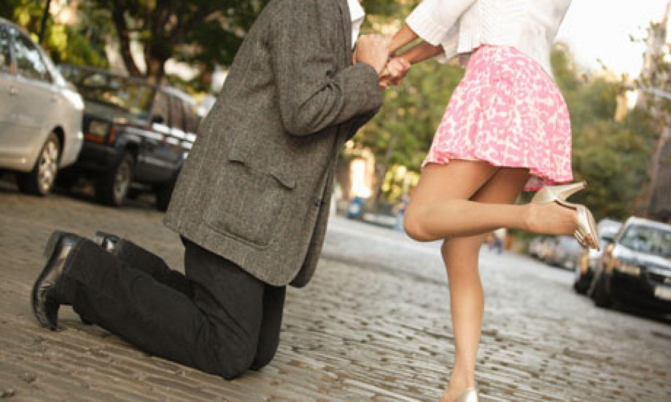 На коленах перед девушкой фото