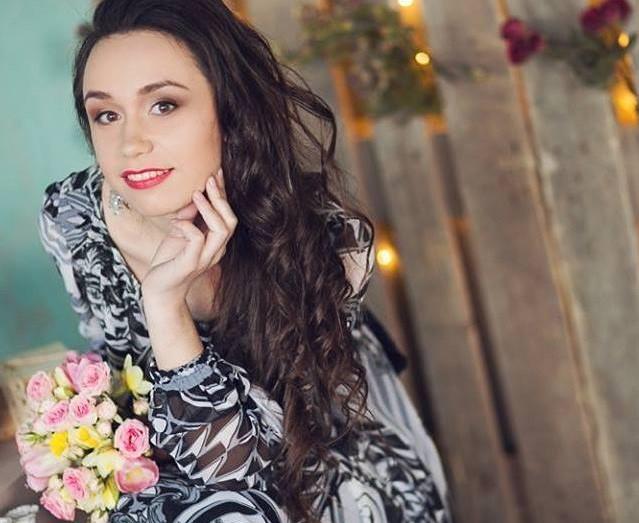 """""""Miresele noastre sunt niște femei minunate și merită un buchet care să le reprezinte."""" Interviu cu designerul florist Daniela Rotaru."""