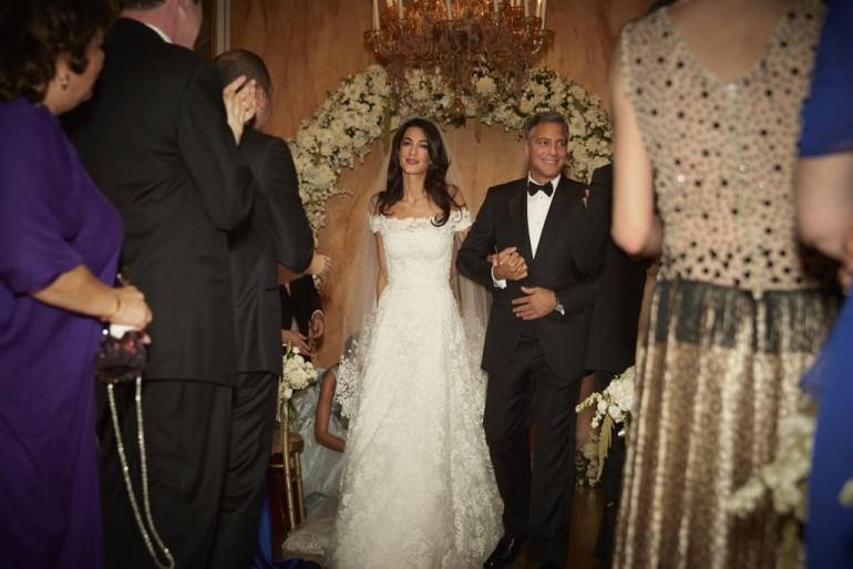 Amal Clooney și-a arătat rochia de mireasă. Aceasta e ultima creație a regretatului Oscar de la Renta