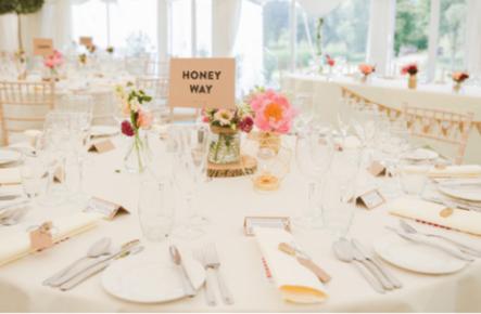 Cum să aranjezi invitații la masă în doar 7 pași