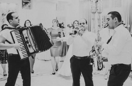 """(Interviu) Chiuiți măi! Formația """"SinArt"""" dezvăluie secretele meseriei și cine dintre miri este cel mai emoționat în ziua nunții"""