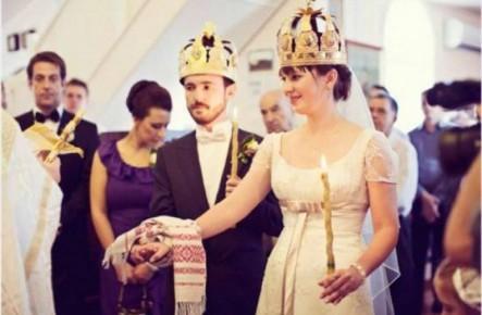 De ce se îmbracă mirii în haine albe la cununie şi de ce se încununează cu coroane precum împăraţii?