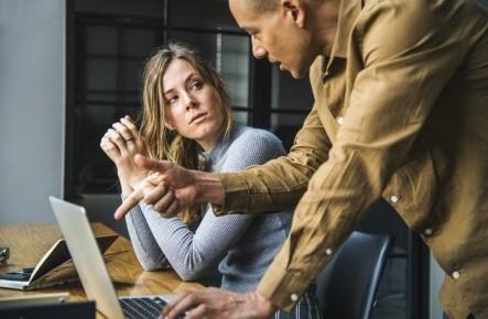 Bărbații care lucrează într-un colectiv de femei sunt mai predispuși spre divorț
