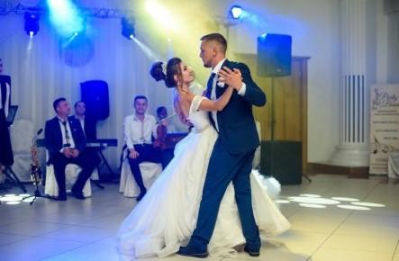 """""""Mirele tot nu ținea minte o figură, iar eu în ziua nunții am uitat tot dansul!"""" Interviu cu mireasa Mihaela Tataru"""