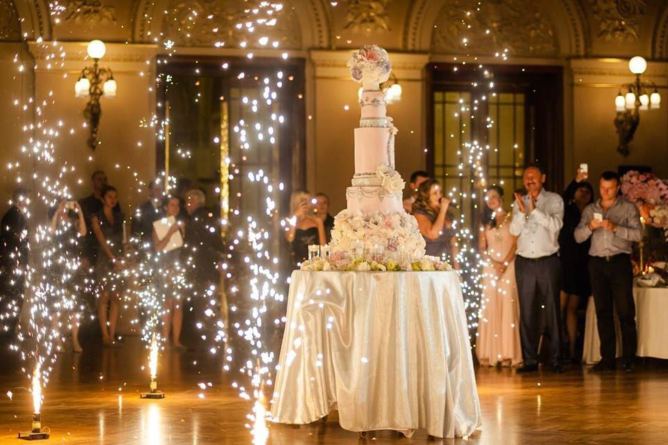 Официанты уронили торт во время свадьбы в кишиневском ресторане (ВИДЕО)