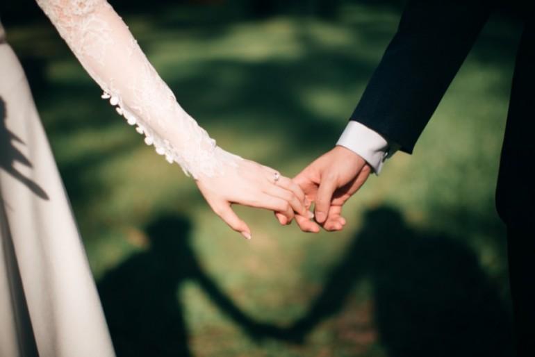 La ce vârstă se căsătoresc bărbații și femeile din Republica Moldova (infografic)