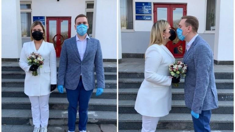 (foto) Nuntă pe vremea coronavirusului. Cum un cuplu din Ucraina și-a sărbătorit ziua specială