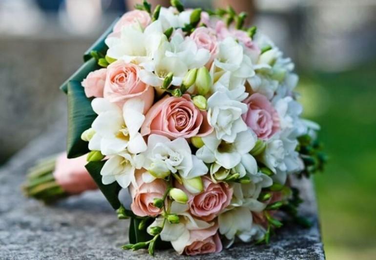 Au renunțat la buchetele de flori, rugând invitații să doneze pentru un scop caritabil