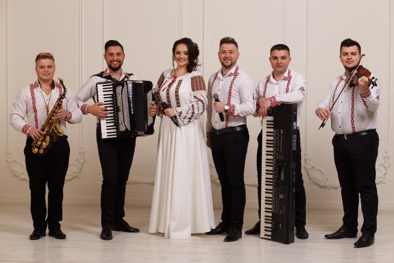 """""""Tot mai mulți tineri la care cântăm la nuntă vin în țară doar pentru acest eveniment, apoi pleacă iar în lumea mare."""" Interviu cu interpreta Luciana Spînu"""