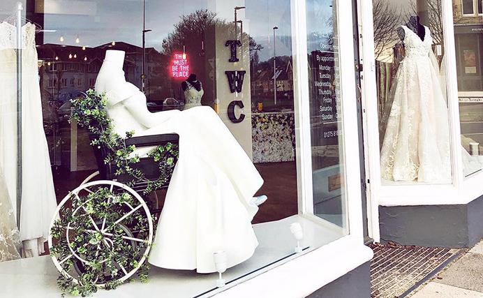 (Foto) Un magazin de rochii de mireasă a stârnit admirația după ce a pus în vitrină un manechin în scaun cu rotile