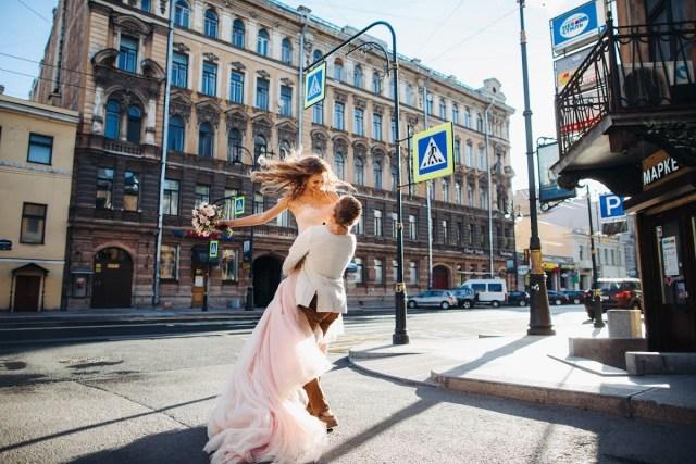 Скоро потеплеет: 10 свадебных фотографий с весенним настроением