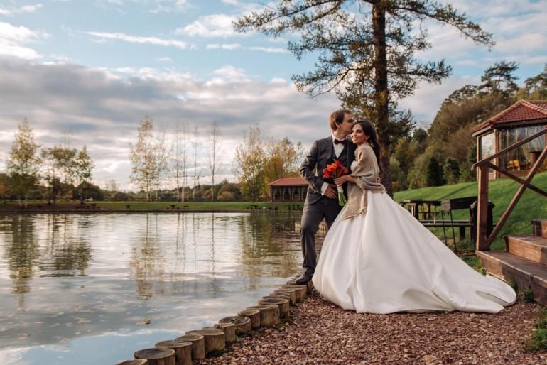 Конец лета: как выбрать платье для осенней свадьбы