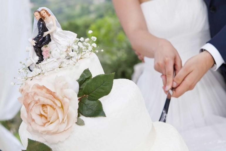 Întrerupi petrecerea de nuntă pentru a tăia tortul?