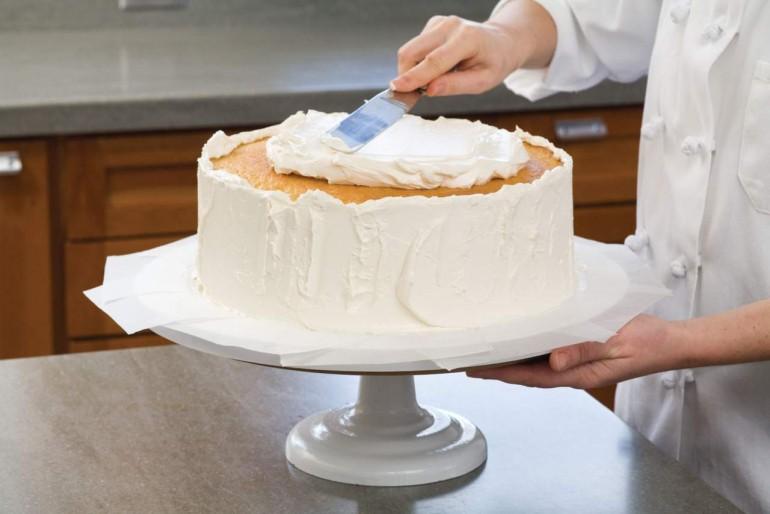 Un cofetar a fost dat în judecată, după ce a refuzat să facă un tort pentru nunta unui cuplu gay