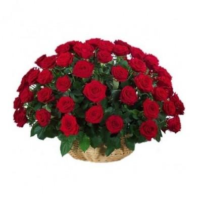 Trandafiri roşii în coş
