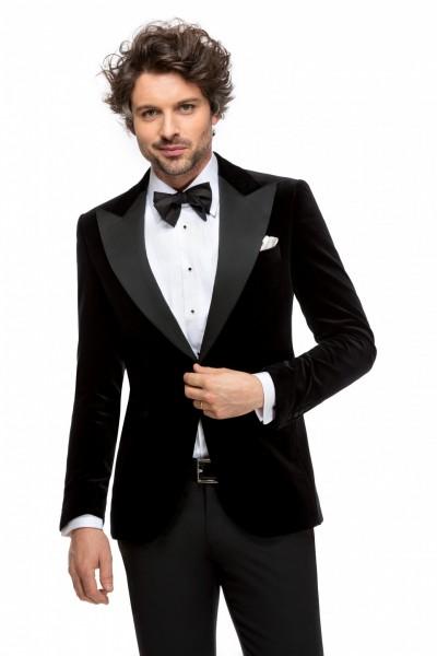 Мужской костюм в салоне